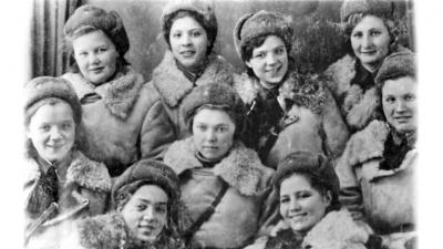 Елена КОЛЕСОВА (в центре) со своими боевыми подругами